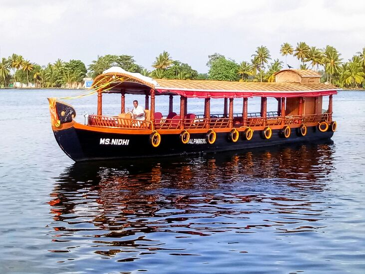 alleppey shikara riding in backwaters