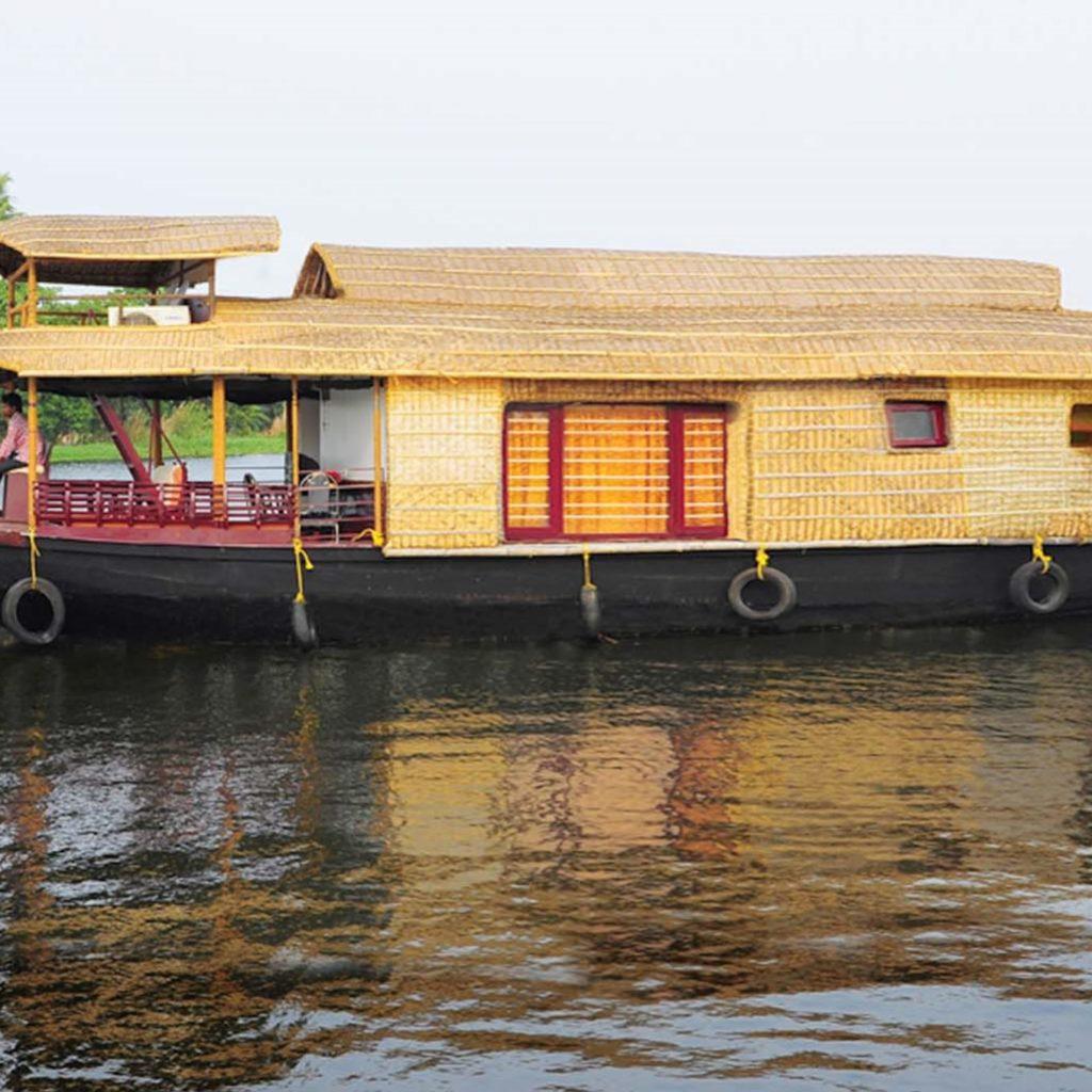 Kumarakom_houseboat_exterior