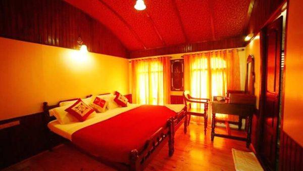 2 bedroom deluxe houseboat bedroom