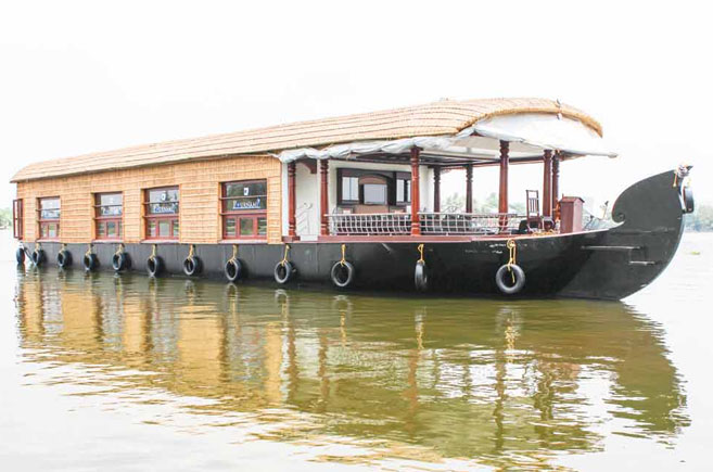 traditional deluxe houseboat alleppey