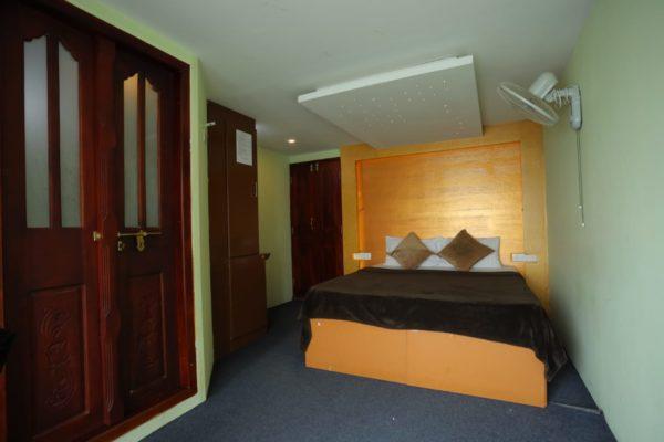 9 bedroom houseboat inside room