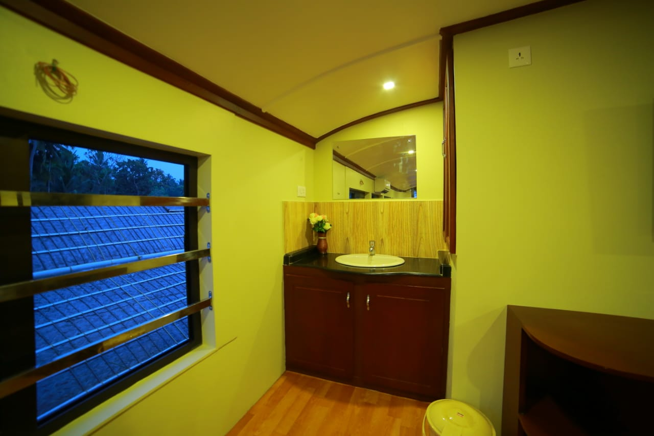 deluxe houseboat in alleppey with 6 bedrooms
